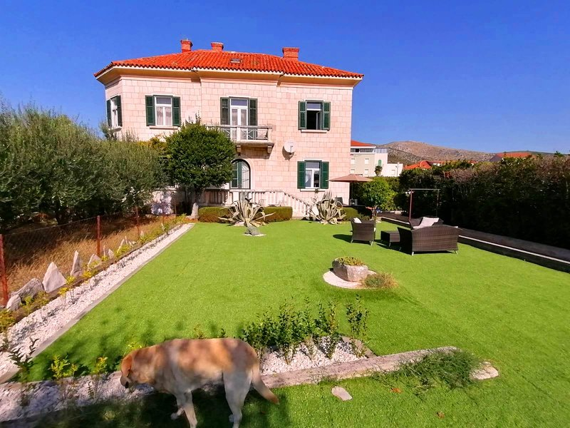 Trogir Villa, gem in a city heart hidden inside a large private garden!, location de vacances à Trogir