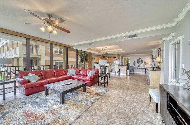 Ventilatore a soffitto, mobili, divano, tavolo, tappeto