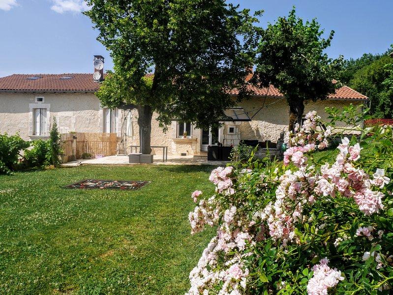 maison ''Maeltri'' tout confort 12 pers.max avec piscine+en option spa privatisé, holiday rental in Saint-Germain-du-Salembre