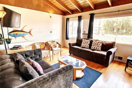 ¡Sala de estar soleada con vista panorámica de Newport Bay y sofá cama doble!