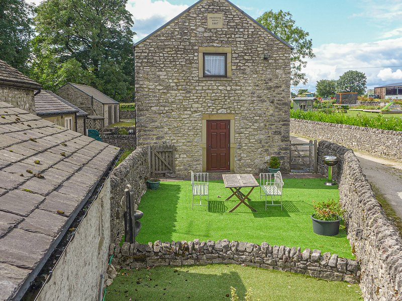 3 PRIMITIVE MEWS, family friendly, character holiday cottage, with a garden in, holiday rental in Chelmorton