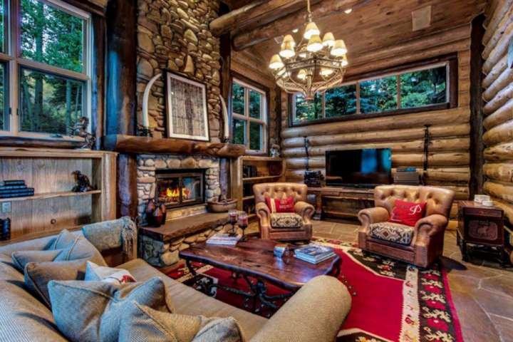 Une maison en rondins par excellence à Snowmass, dans le Colorado. La tanière est un endroit confortable pour se réunir et planifier les aventures de la journée.