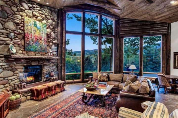 Le salon principal offre une vue magnifique et de nombreux espaces de conversation pour se rassembler.