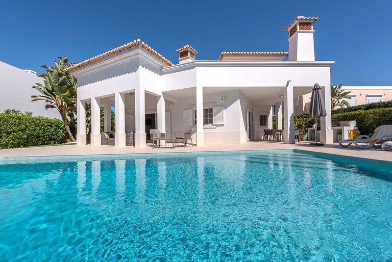 Vale do Garrao Villa Sleeps 8 with Pool and Air Con - 5620886, alquiler de vacaciones en Vale do Garrao