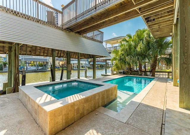 Gorgeous Pirates Cove Canal Home w/ Private Dock, Pool & Spa, Outdoor Bar, location de vacances à Galveston
