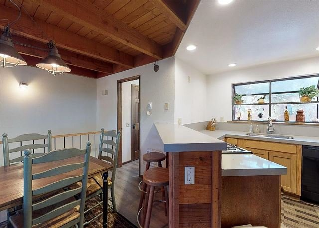 Snowflower #2 Rustic Cabin Retreat-Sleeps 8! Perfect spot to enjoy Mammoth!, vacation rental in Mammoth Lakes