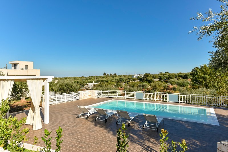 Stylish Trulli with Private Pool for 4 guests in Puglia, holiday rental in Castellana Grotte