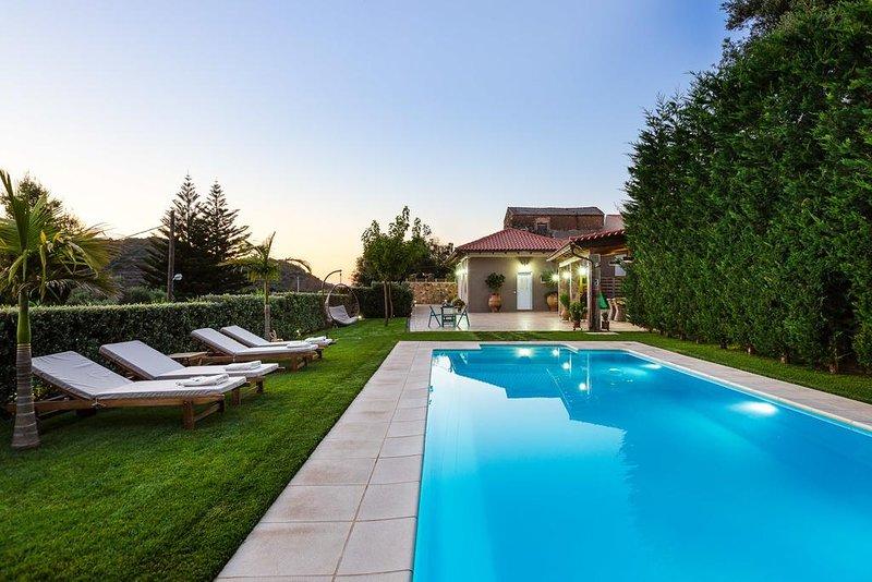 Epimenidis House/Luxury, heated pool, mountain view, location de vacances à Nteres