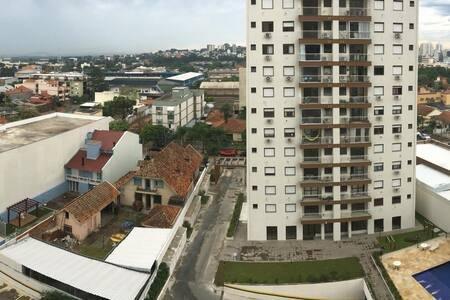 Vista Panorâmica. Piscina e academia em Cond. Fechado, holiday rental in Porto Alegre