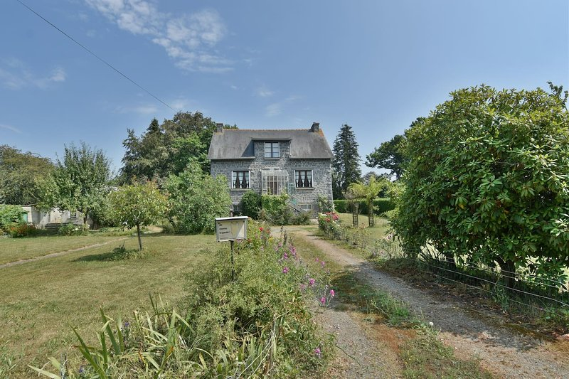 Spacious house with garden & Wifi, holiday rental in Combourg