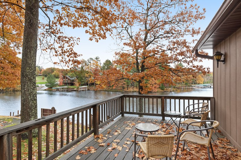 Cozy lakefront villa w/shared docks, boat rentals & on-site restaurant - dogs OK, holiday rental in Eagle River