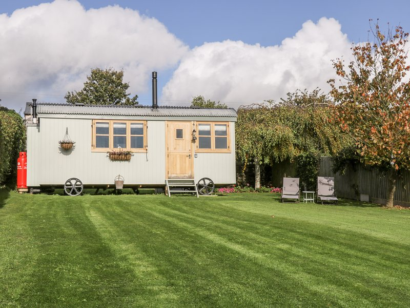 THE BRAE, woodburner, enclosed garden, hot tub, in Snainton, holiday rental in Robin Hood's Bay