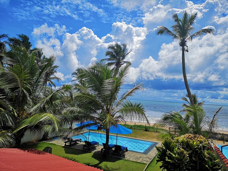 Tropical Beach House Hikkaduwa. Perfect Location!, location de vacances à Galle District