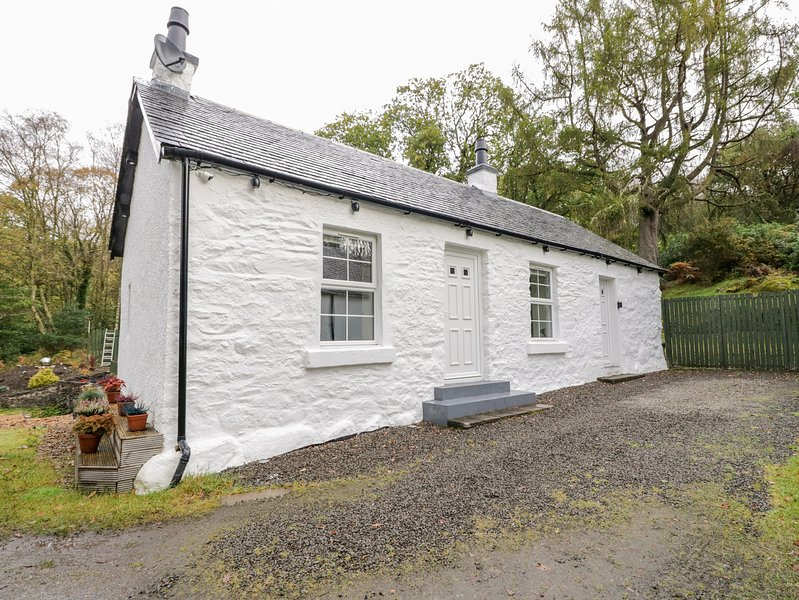 HEATHERBANK, single storey cottage, mountain views from patio, close loch and, vacation rental in Rowardennan
