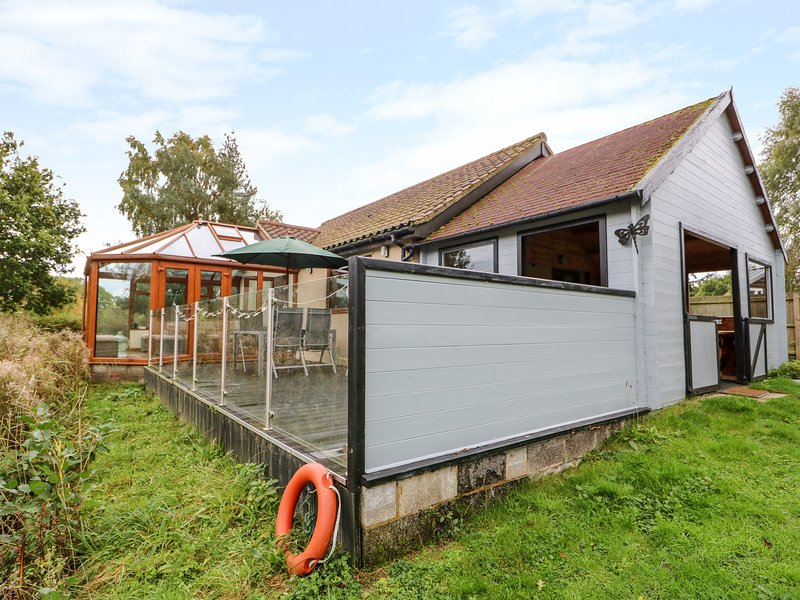 DRAGONFLY LODGE, ground floor lodge, pet-friendly, enclosed decking, sun room, vacation rental in Watton