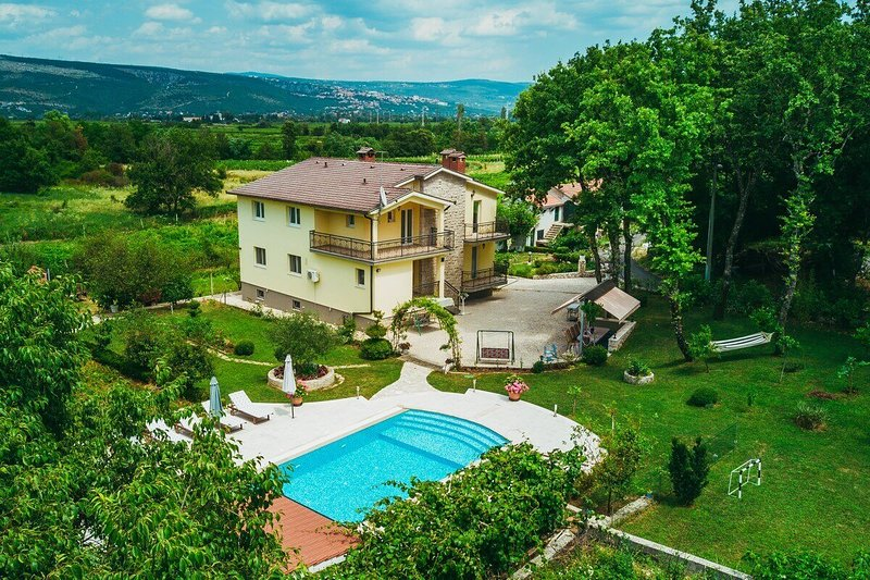 Family Villa With XXL Pool, Grill, Garden and Playground, Private, holiday rental in Imotski
