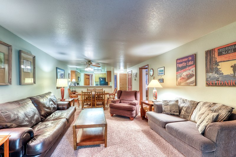 Cozy condo w/ golf view, shared pools, hot tub, & gym - nearby ski & lake access, vacation rental in Tamarack