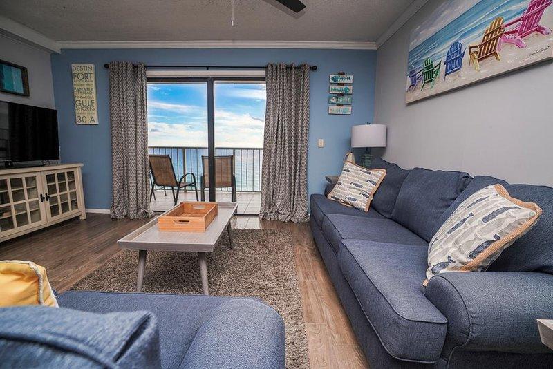 Sala de estar con vista directa a la playa y al golfo