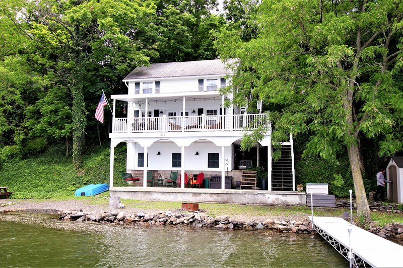 Inviting waterfront home with a dock, outdoor dining area & more! Dogs ok!, location de vacances à Bluff Point