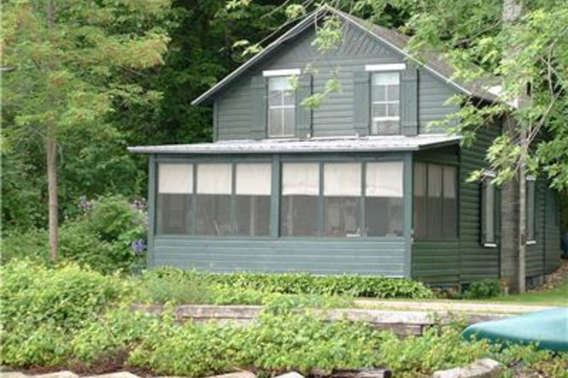 Lakefront cottage with screened-in front porch and canoes available!, holiday rental in Rock Stream