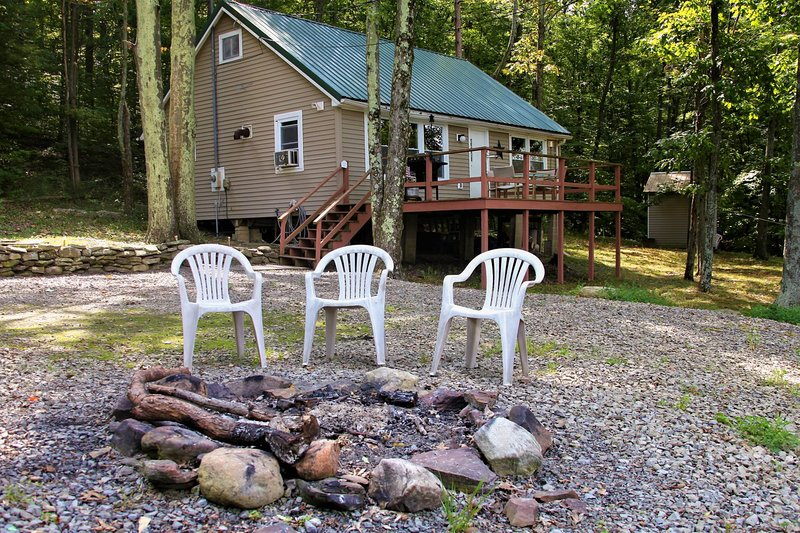 Cozy hilltop cabin nestled in the trees w/ deck, lake view & firepit!, casa vacanza a Tyrone