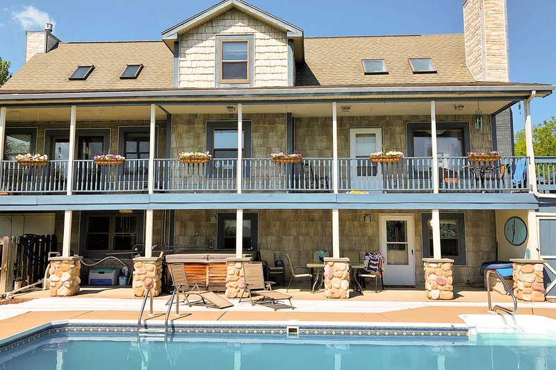 Outstanding home w/ a private pool, hot tub, pool table, & beautiful lake views, location de vacances à Bluff Point