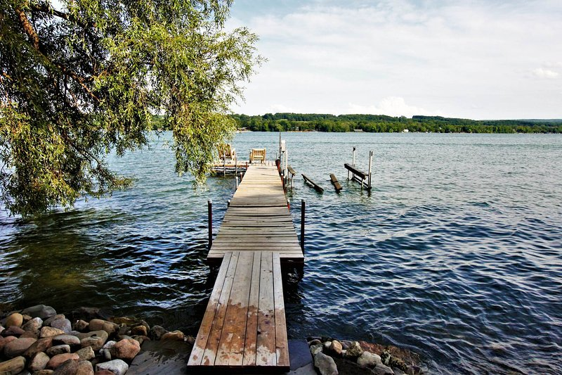 Dog-friendly cottage with private boat dock and firepit on Keuka Lake!, location de vacances à Bluff Point