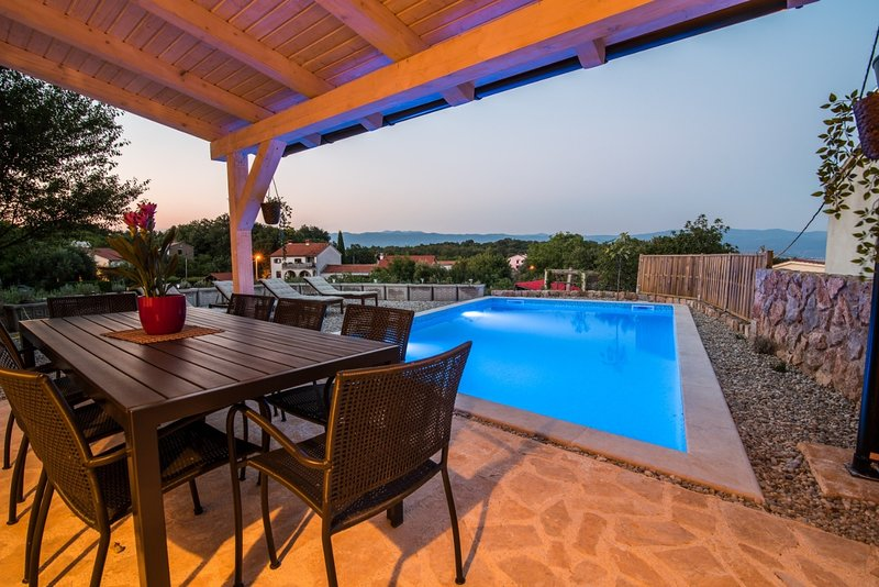Peace - rustic with pool: H(4+2) - Vrbnik, casa vacanza a Risika