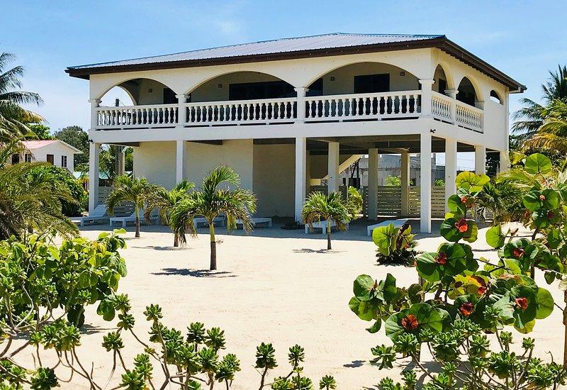 La Casa Blanca en Placencia vista desde la playa