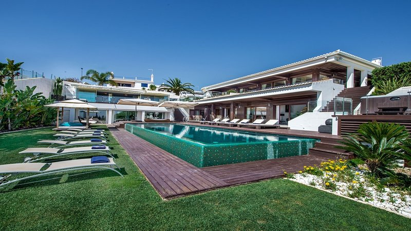 Olhos de Agua Villa Sleeps 16 with Pool Air Con and WiFi - 5718973, holiday rental in Albufeira