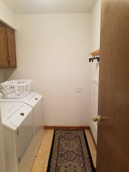 Hay una sala de lavandería en el piso de arriba y una lavadora / secadora apilables en Master Ba en el piso principal.