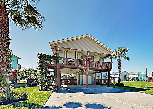 Beach-Chic Cottage in Sea Isle w/ Updated Kitchen, Outdoor Shower & Gas Grill, holiday rental in Galveston Island