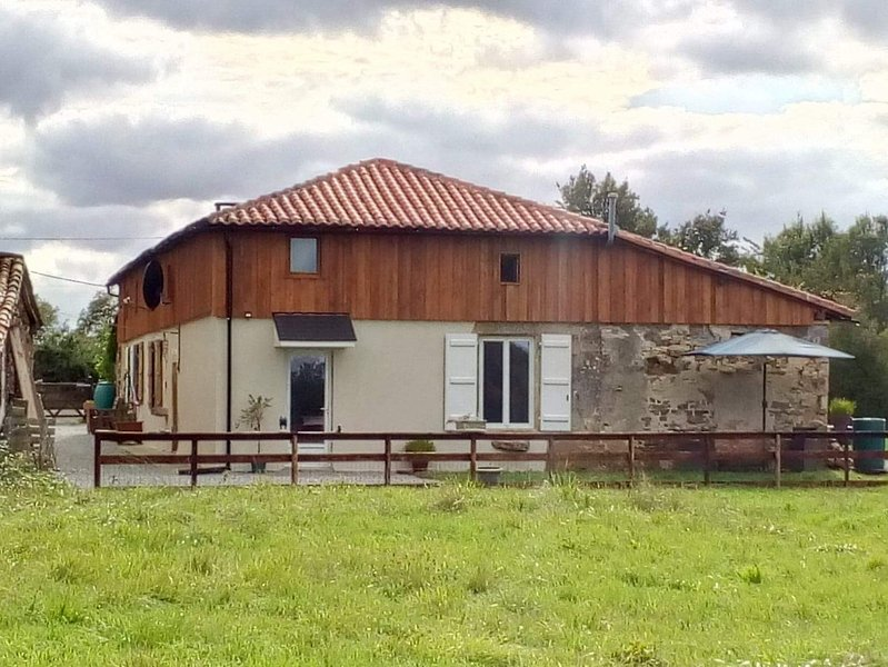 1 bedroom Gite,sleeps 4( family room),peaceful location,10 mins from Confolens, holiday rental in Le Grand-Madieu