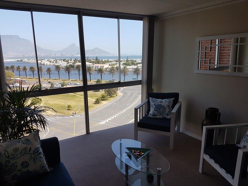 2 BR cozy apartment overlooking Table Mountain and Beach, casa vacanza a Milnerton