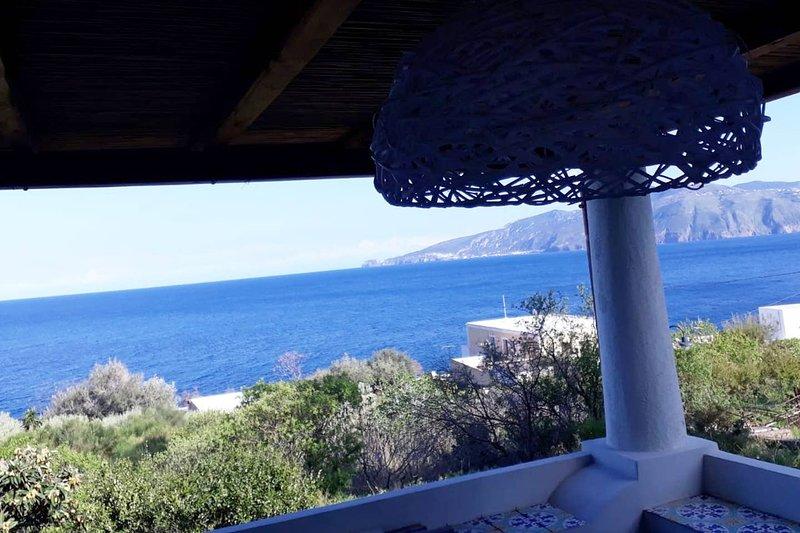 Big apt with sea view & terrace, casa vacanza a Santa Marina Salina