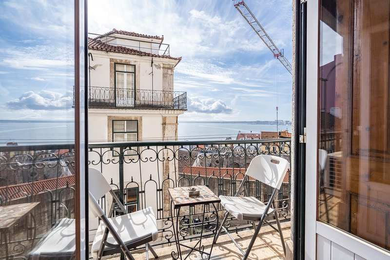 Brya Green Apartment, Alfama, Lisbon, vacation rental in Almada