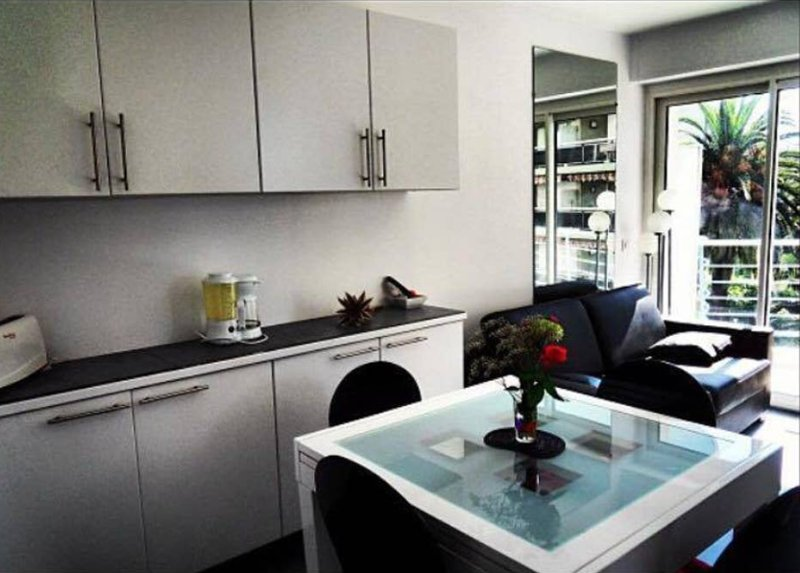 Beautiful apt with sea view & Wifi, holiday rental in Juan-les-Pins
