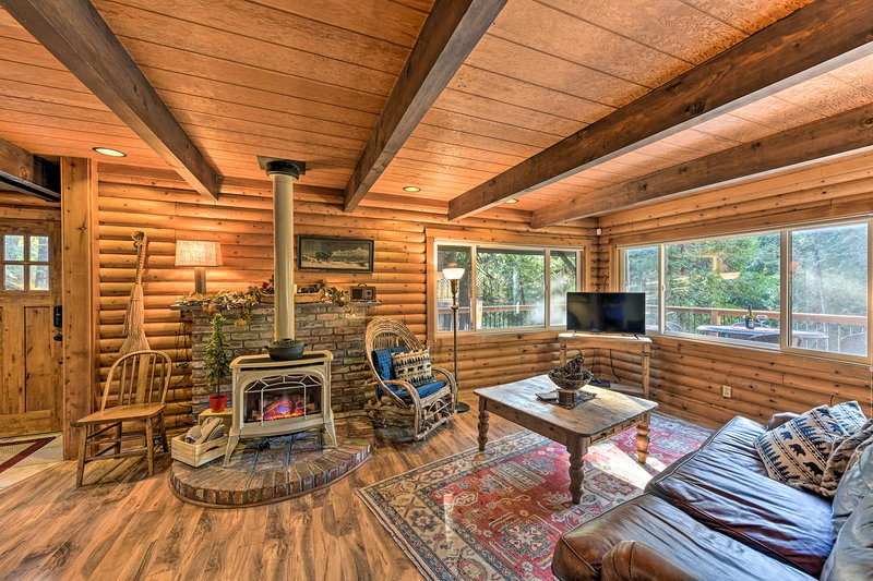 Amber Cabin' w/ Hot Tub, Near Top Vineyards!, holiday rental in Pollock Pines