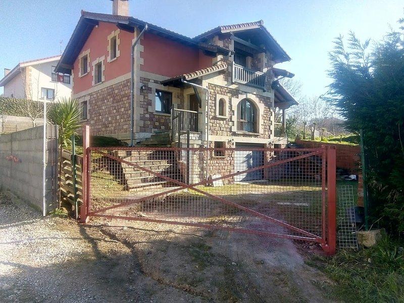 Spacious house with garden, vacation rental in Torrelavega