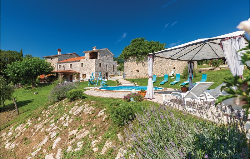 Nice home in Klesari with WiFi and 4 Bedrooms (CIK962), holiday rental in Gracisce
