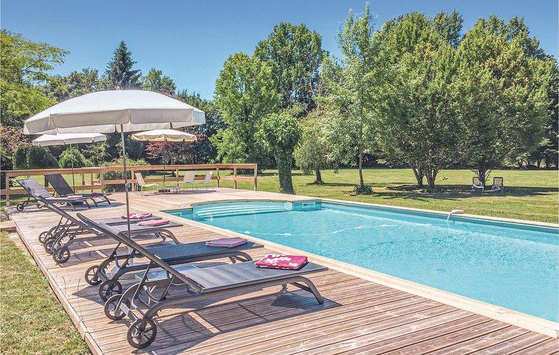 Amazing home in Serres et Mantguyard with WiFi and 6 Bedrooms (FAD189), Ferienwohnung in Saint Colomb de Lauzun