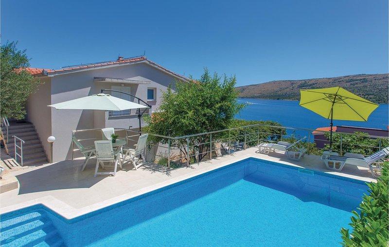 Nice home in Poljica with WiFi and 5 Bedrooms (CDE306), casa vacanza a Poljica