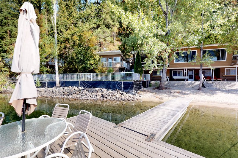 Charming, dog-friendly, waterfront home w/ sandy beach & private dock, alquiler de vacaciones en Christina Lake