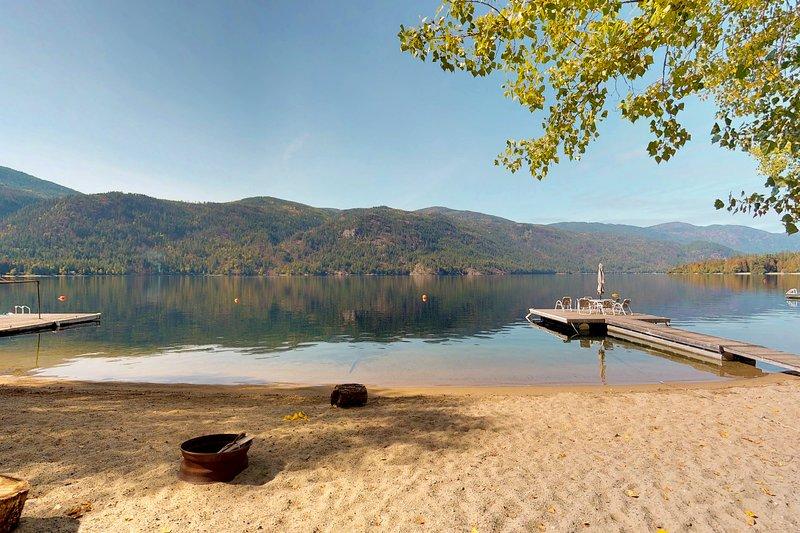 Dog-friendly, waterfront home w/ decks, dock, & beach plus cozy cottage, alquiler de vacaciones en Christina Lake