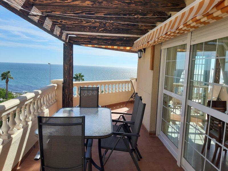 Luminoso apartamento con gran terraza frente al mar, alquiler de vacaciones en Benalmádena