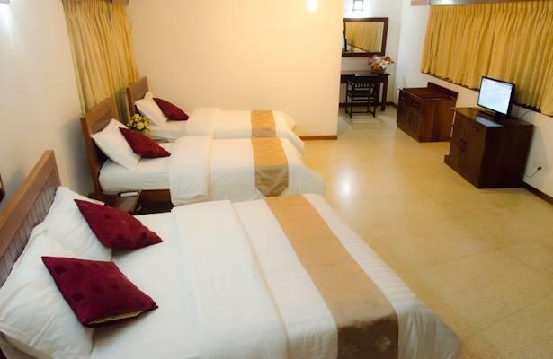 Comfy Family Room, Sleeps 4, With AC & WiFi, holiday rental in Moratuwa