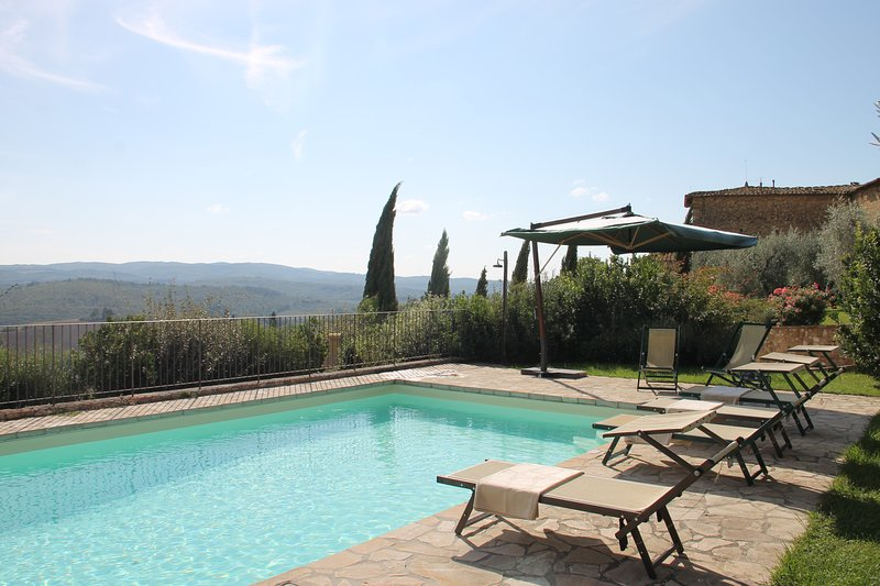 Colonica Giulia, country house on the first floor for 6 persons with pool & A/C!, alquiler de vacaciones en Tavarnelle Val di Pesa