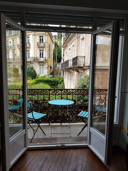 La Suite de l'Empereur A large appartement for 2 in the town centre with balcony, casa vacanza a Girmont Val d'Ajol