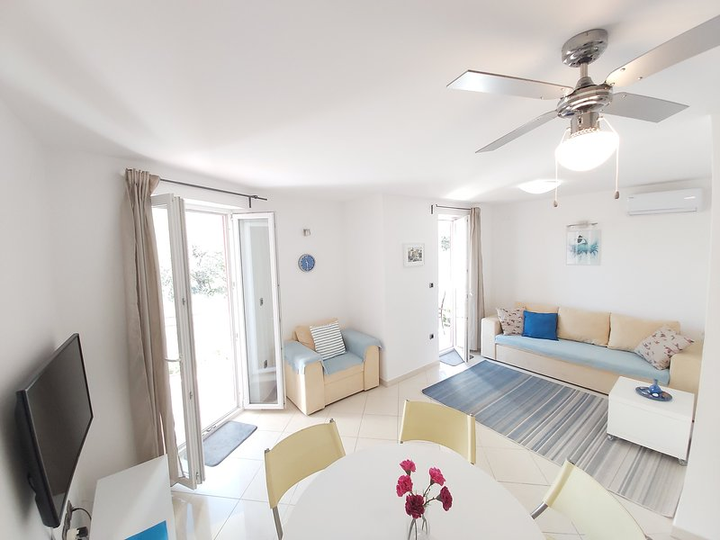 Apartment Nika, 4*, 2-bedroom, barbeque, air conditionition, parking, Wi-Fi, location de vacances à Baska