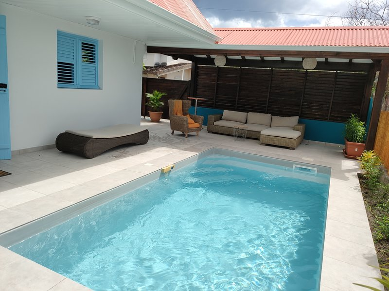 Location Maison Bleue avec piscine privative au Carbet Martinique, holiday rental in Le Carbet